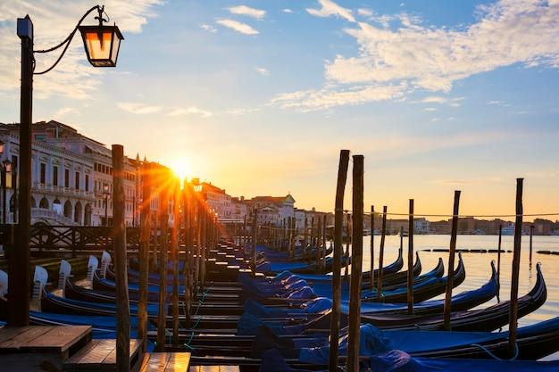 日の出のゴンドラでヴェネツィアの有名な景色 無料写真