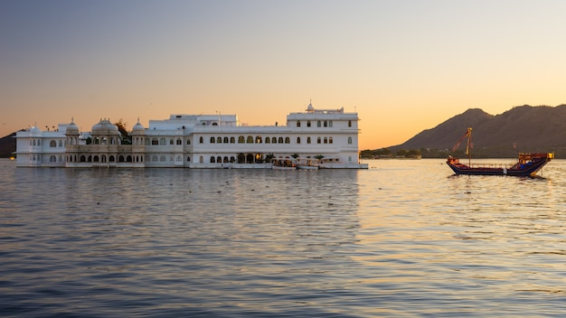 The famous white palace on lake pichola at sunset. Premium Photo