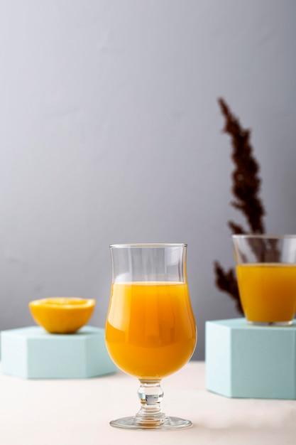 オレンジジュースと派手なガラス 無料写真