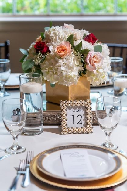 꽃으로 장식 된 멋진 웨딩 테이블 무료 사진