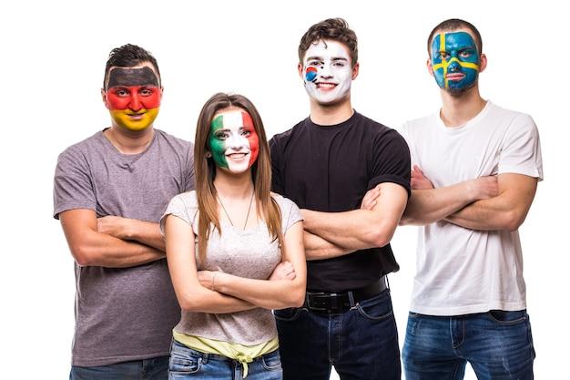 국가 대표팀의 팬들은 독일, 멕시코, 한국, 스웨덴의 국기 얼굴을 그렸습니다. 팬들의 감정. 무료 사진