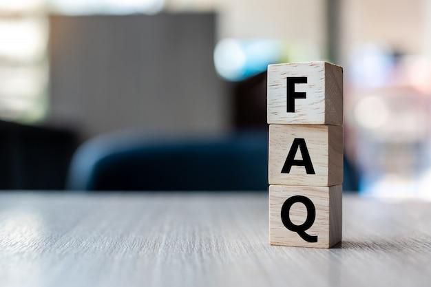 Деревянный куб с текстом faq (часто задаваемые вопросы) Premium Фотографии