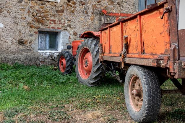 農場に駐車している農場トラクター Premium写真