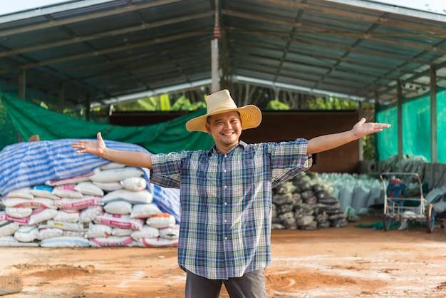 有機肥料を持つ農家の農業専門家 Premium写真