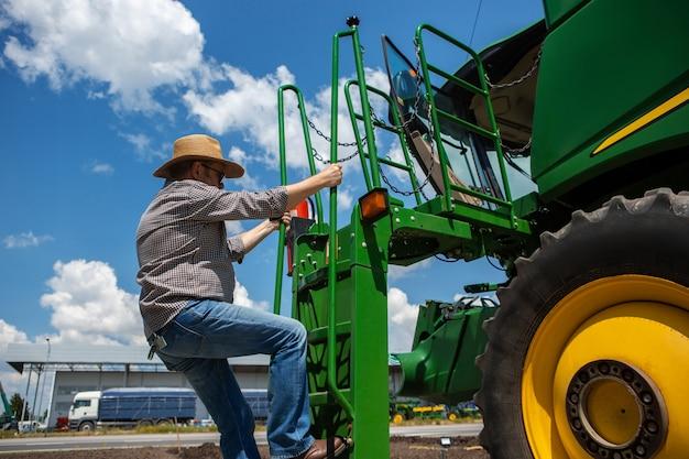 Un contadino con un trattore Foto Gratuite