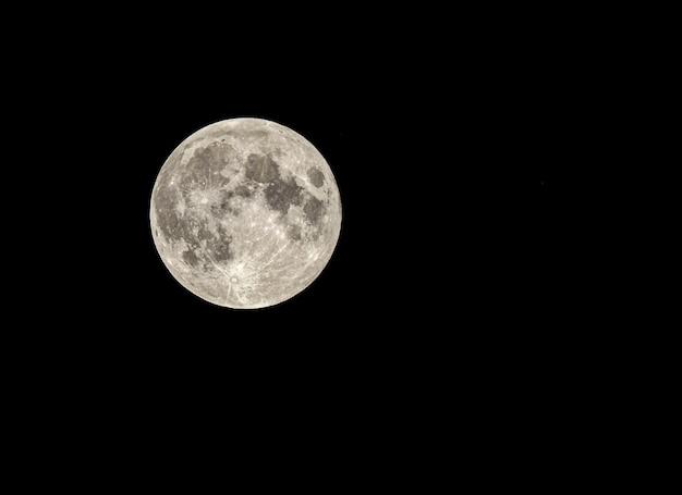 어둠 속에서 빛나는 매혹적인 아름다운 보름달-월페이퍼에 적합 무료 사진