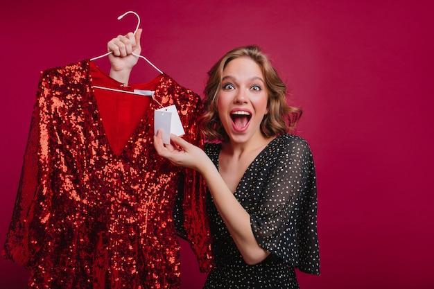 魅力的な女の子は安い美しいドレスを見つけてそれを幸せに 無料写真