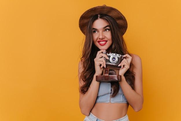 사진 촬영 후 재미 매혹적인 젊은 여성 사진 작가 무료 사진