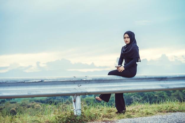 Potret Fashi wanita muda muslim cantik dengan hijab hitam Foto Premium gaya vintage