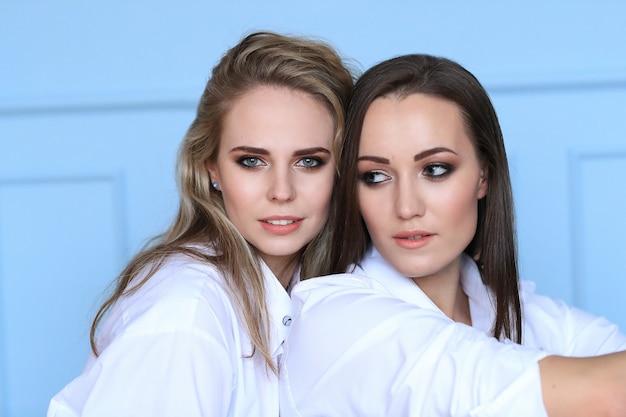 함께 포즈 흰 셔츠에 아름 다운 여자 패션 무료 사진