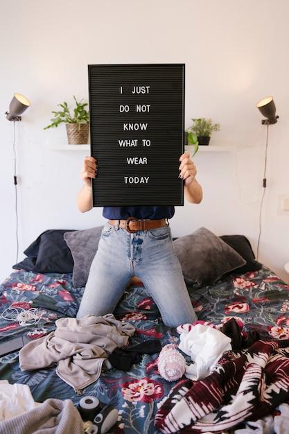 Модный блогер выбирает идеальный наряд для начала дня Premium Фотографии