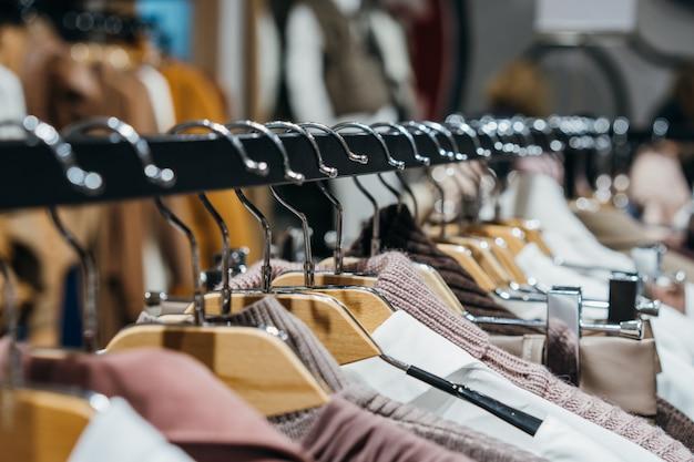 Модная одежда на вешалках на показе Бесплатные Фотографии