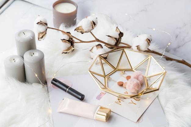 アクセサリー、花、化粧品、白のジュエリーのファッションコレクション Premium写真