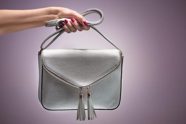 Мода. женская рука стильная модная сумочка-клатч Бесплатные Фотографии