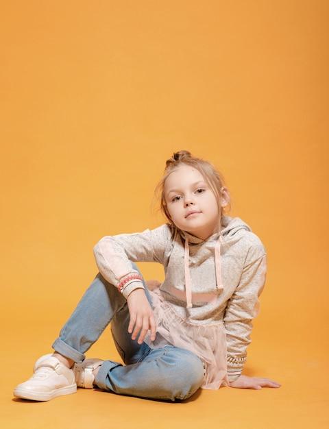 노란색 배경에 패션 모델 아름다운 소녀 프리미엄 사진