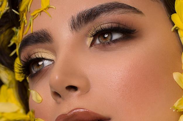 Модель в смоки глаз макияж и зеленые глаза Бесплатные Фотографии
