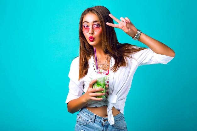 ブルネットの美しい女性、明るい化粧、ビンテージスタイル、ミルクセーキを飲むのファッションポートレート 無料写真