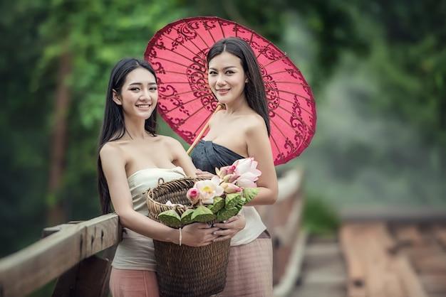 Фасонируйте портрет молодой красивой девушки в лесе, женщин с совершенной кожей. концепция ухода за кожей. свежая чистая кожа. Premium Фотографии