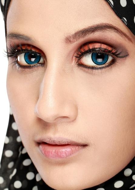 Фасонируйте портрет молодой красивой мусульманской женщины с черным шарфом Premium Фотографии