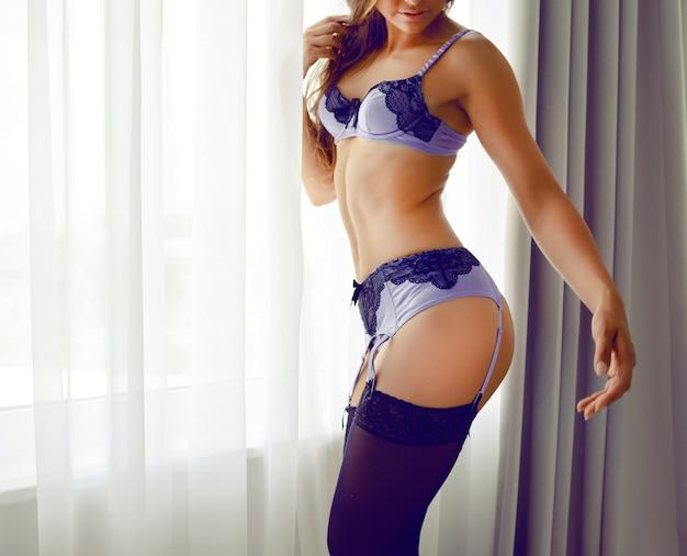 Мода портрет портрет os молодая сексуальная женщина с идеальной стройной спортивной фигурой, носить стильное красивое белье, позирует в одиночестве возле окна. будуарный стиль, романтическая атмосфера. Бесплатные Фотографии