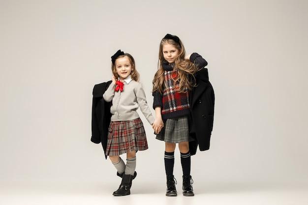 Il ritratto di moda di giovani belle ragazze adolescenti in studio Foto Gratuite
