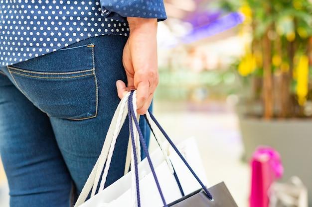 Портрет девушки покупок моды. красота женщины с сумками в торговом центре Premium Фотографии