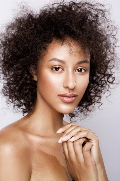 完璧な滑らかな光るムラートの肌を持つ美しいアフリカ系アメリカ人女性のファッションスタジオポートレート、メイクアップ Premium写真