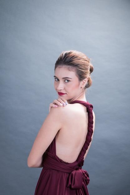 Мода студия портрет модель женщина в элегантном платье, изолированные серый bakcground Premium Фотографии