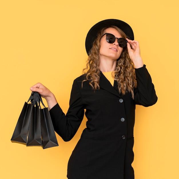 黒い服を着ているファッション女性 無料写真