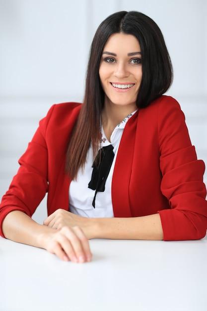 Moda giovane donna bruna in posa Foto Gratuite