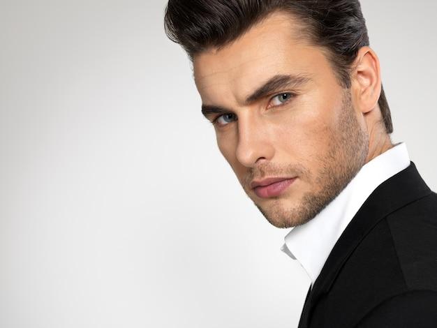 Moda giovane uomo d'affari vestito nero casual Foto Gratuite