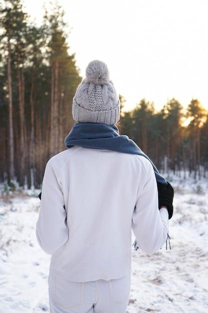 冬の森のファッションの若い女性。閉じる。 Premium写真