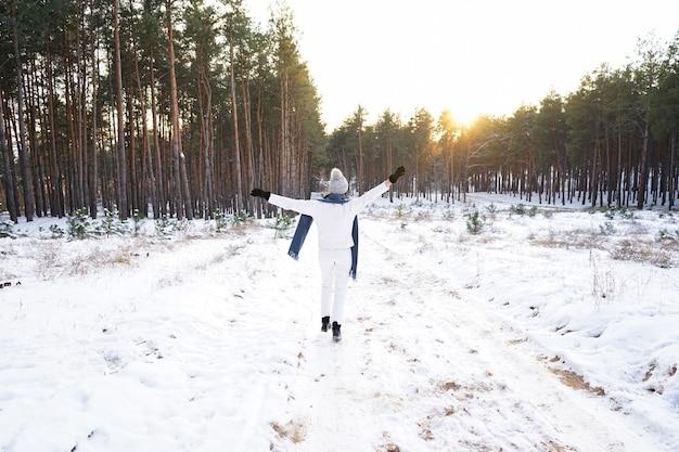冬の森のファッションの若い女性。 Premium写真