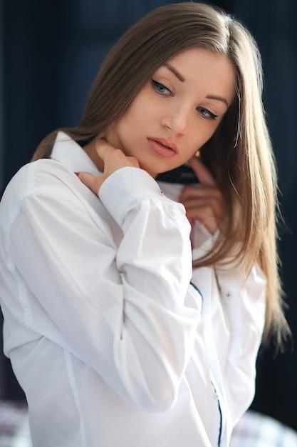 Молодая женщина моды позирует с мужской рубашкой Бесплатные Фотографии