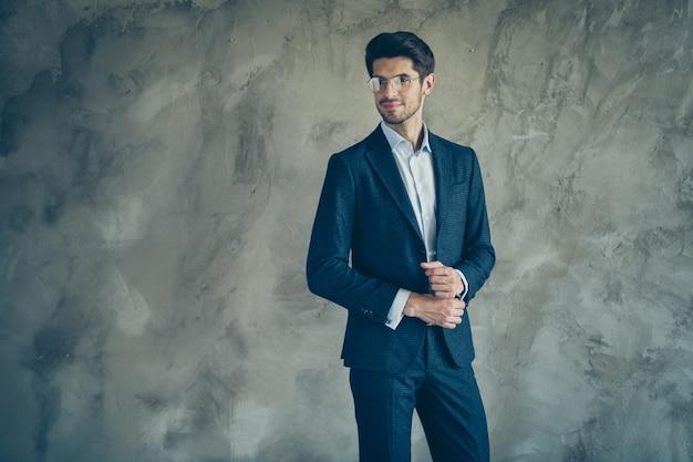 회색 벽에 포즈 유행 사업가 프리미엄 사진