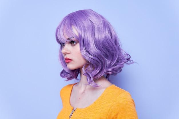 Модная девушка с фиолетовым париком Premium Фотографии
