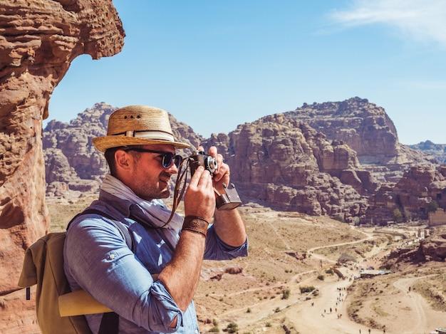 ヴィンテージカメラでファッショナブルな観光客 Premium写真