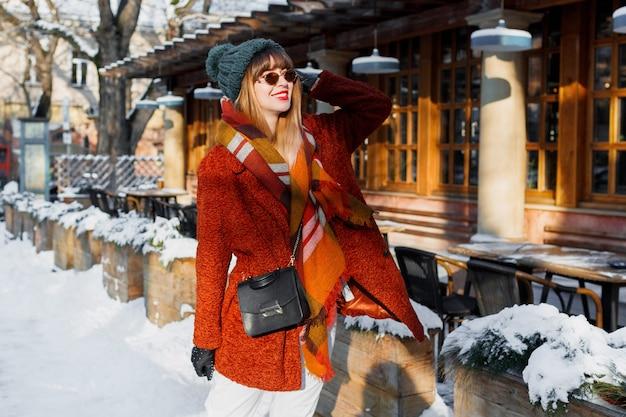 街を歩くスタイリッシュな冬の服装でファッショナブルな女性 無料写真