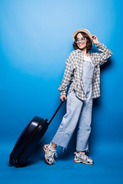 Donna alla moda in esecuzione con la valigia Foto Gratuite