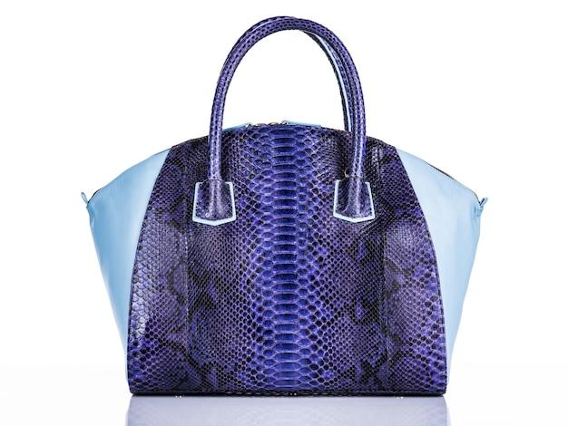 Стильная сумка модной женщины, изолированные на белом фоне. красивая фиолетовая роскошная кожаная женская сумочка. роскошные аксессуары. Бесплатные Фотографии