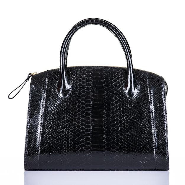 Borsa alla moda della donna alla moda isolata su fondo bianco. bella borsa femminile in pelle nera di lusso. accessori di lusso. Foto Gratuite