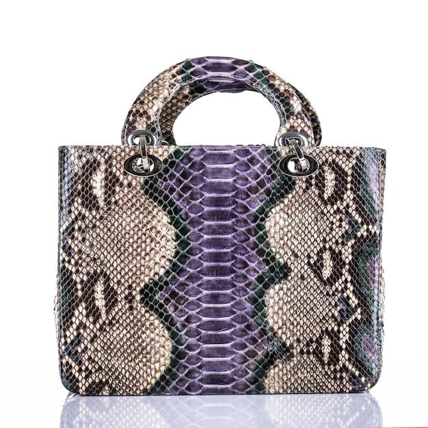 Borsa alla moda della donna alla moda isolata su fondo bianco. bella borsa femminile in pelle di lusso viola. accessori di lusso. Foto Gratuite