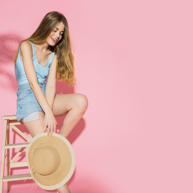 Модная женщина с летней шляпой и copyspace Premium Фотографии