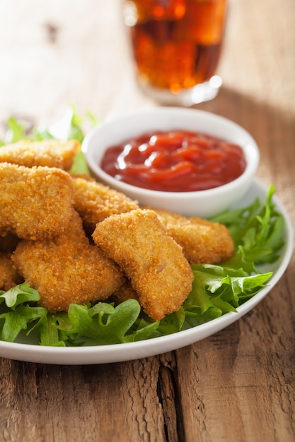 Фастфуд куриные наггетсы с кетчупом, колой Premium Фотографии