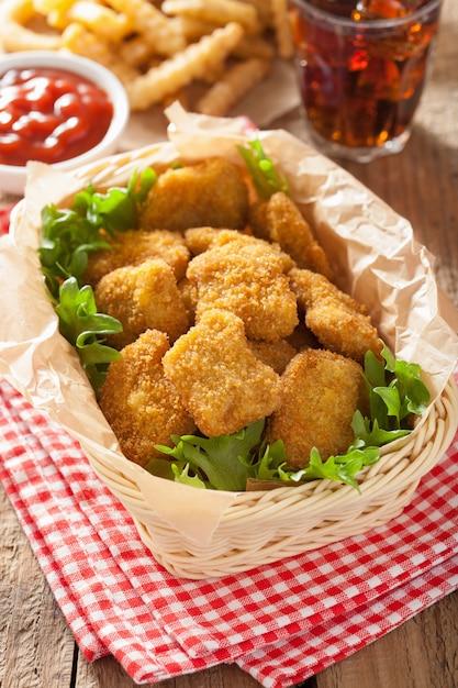 Фаст-фуд куриные наггетсы с кетчупом, картофелем фри, колой Premium Фотографии