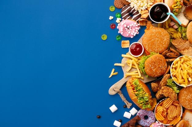 Piatto di fast food sull'azzurro Foto Gratuite