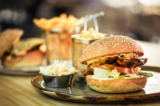 ファーストフード、カフェでサンドイッチとフライドポテト 無料写真