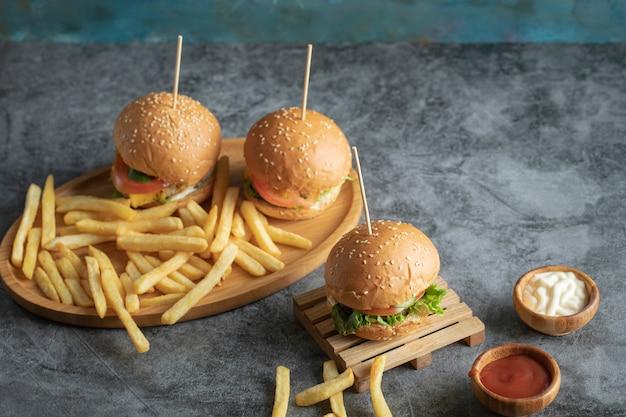ハンバーガーとフライドポテトのファーストフードメニュー 無料写真