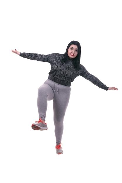 片足で立っている太った女性、白い背景で隔離 Premium写真
