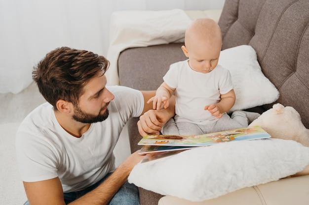 家で一緒に時間を過ごす父と赤ちゃん Premium写真